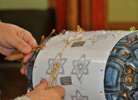 Chebské krajkářky představí veřejnosti paličkování krajkových motivů na Velikonoce